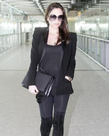 Ganz in schwarz kommt Victoria Beckham am Flughafen London Heathrow an. Im Sommer soll das vierte Kind zur Welt kommen - den Bab