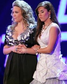Hier ging es noch gut für Nina (links) aus: Die Zuschauer wählten Sarah aus der Show, die dralle Blondine durfte bleiben.