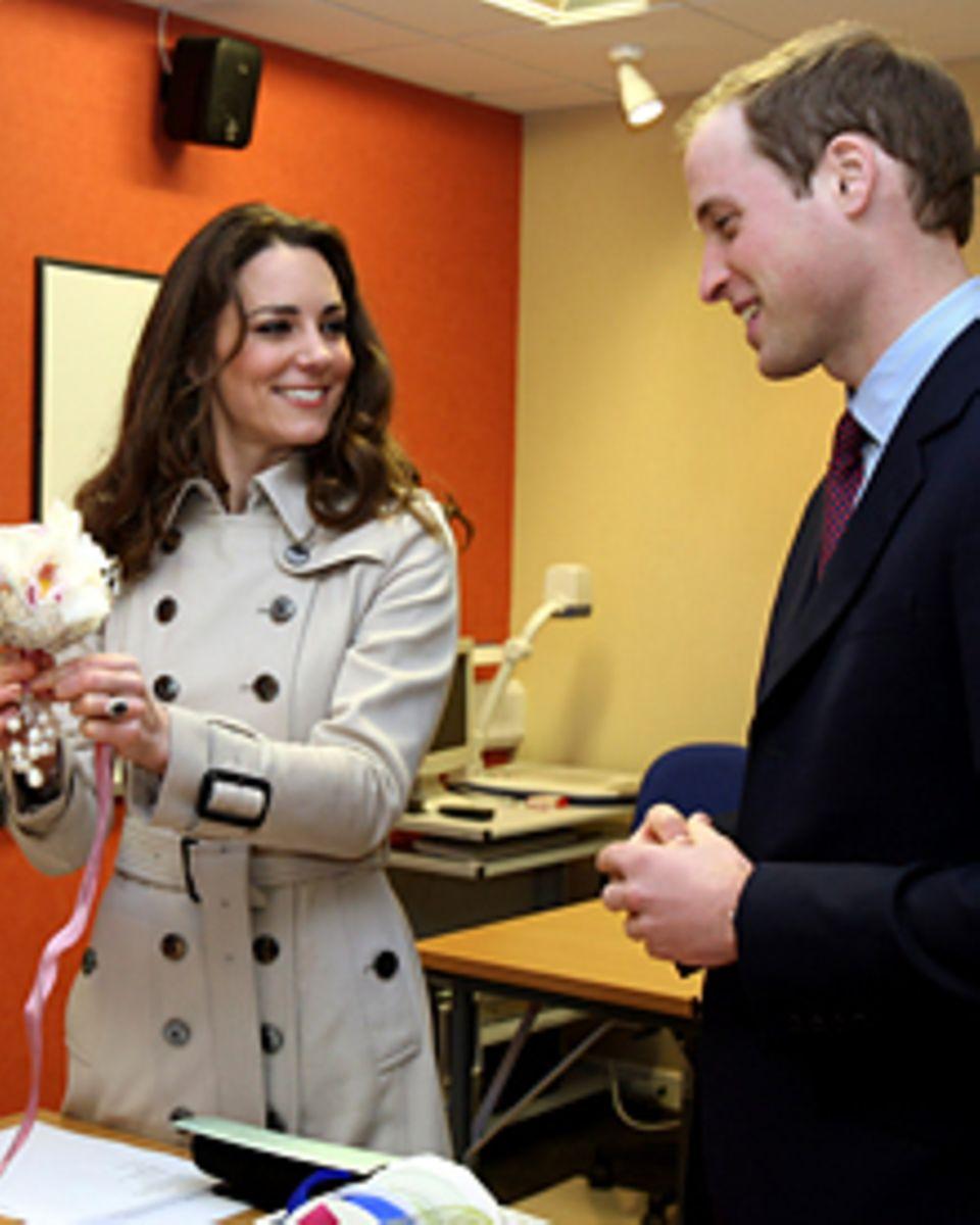 """""""Den Strauß überlasse ich ihr"""", scherzte William, als er und Kate an der Agrarhochschule von Greenmount die Kunst des Blumenbind"""