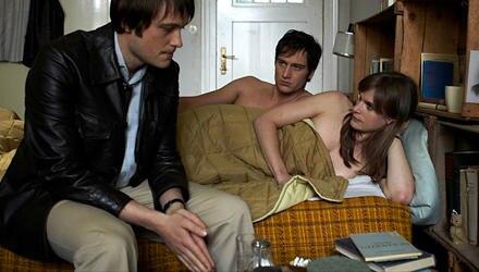 """Jetzt im Kino: Alexander Fehling (M., mit Lena Lauzemis und August Diehl) als Andreas Baader in """"Wer wenn nicht wir""""."""