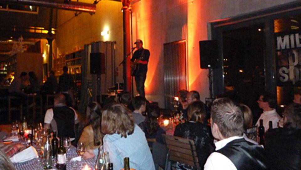 """Schöne Atmosphäre: Milow stellte in der """"Bullerei"""" in Hamburg ein paar seiner neuen Songs vor."""