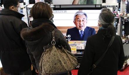 Ihren Kaiser so zu sehen, ist für Japaner ein ungewohnter Anblick. Der Monarch will seinem Volk Trost spenden, Erschütterung aus