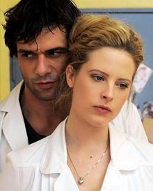 "Kai Schumann als Dr. Mehdi Kaan mit Gretchen Haase (Diana Amft) in ""Doctor's Diary""."