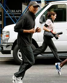Cap, atmungsaktiver Sportdress, Sneakers: Barack Obama, 49, beim Joggen