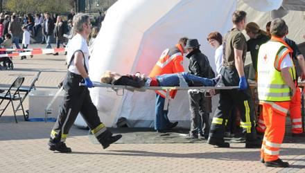 Tragische Bilder aus Oberhausen: Ein Fan wird in das Erste-Hilfe-Zelt getragen.
