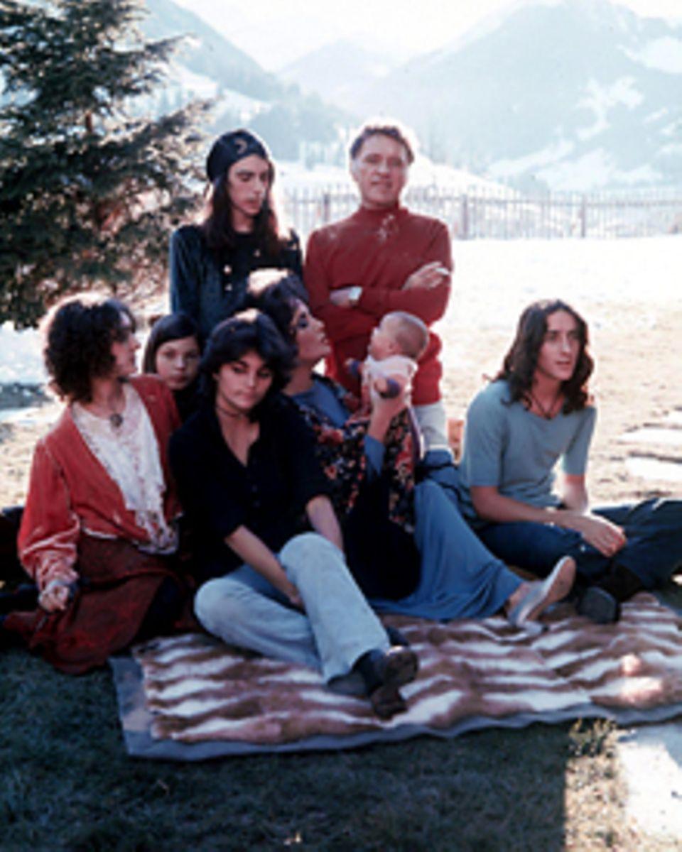 Idyll ohne Väter: Elizabeth Taylor (M.) mit Söhnen und Töchtern sowie Richard Burton in den Siebzigerjahren.