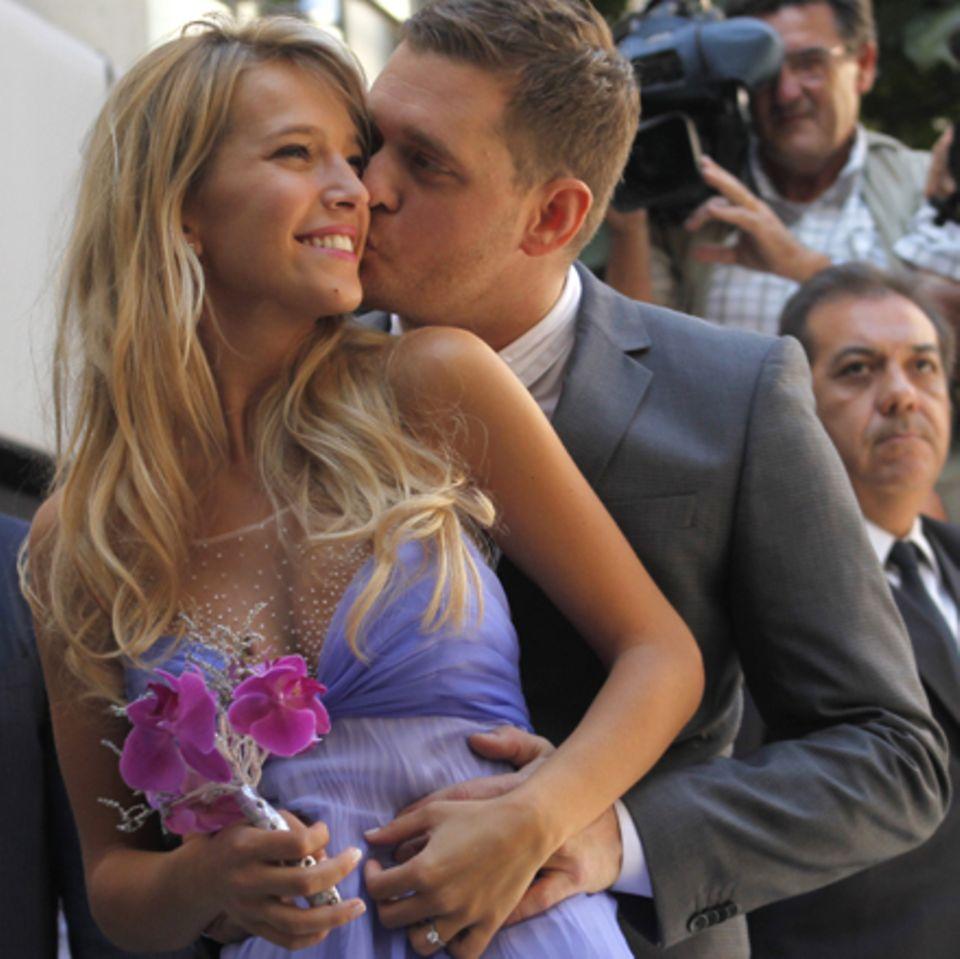 Frisch verheiratet: Michael Bublé küsst seine Frau Luisana Lopilato.