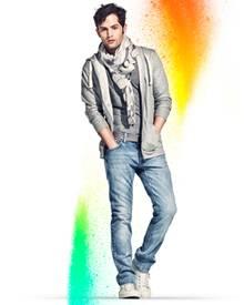 """Penn Badgley, bekannt aus der US-Serie """"Gossip Girl"""" trägt ein Unisex-Outfit der Kampagne """"Fashion Against Aids""""."""