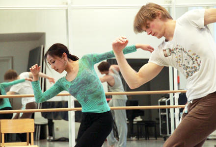 Balletttraining der jungen Profitänzer Yuka Oishi und Edvin Revazov.