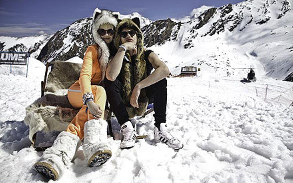 Bonnie Strange und Wilson Gonzalez Ochsenknecht kuscheln im Schnee.