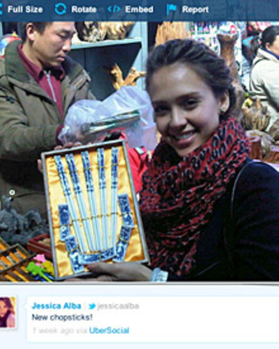 Am 5. April twitterte Jessica Alba über ihren Marktbummel in Beijing und ihre neuen Esststäbchen.