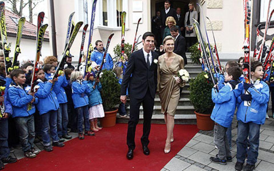 Toller Empfang: Vor dem Standesamt standen zahlreiche Kinder für Maria Riesch und Marcus Höfl Spalier.