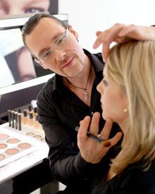 Armanis National Face Designer Alex Rothe liebt die Technik des Make-up-Layerings.