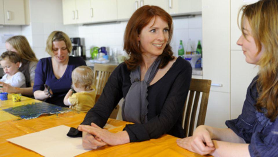 Bei ihrem Besuch im Mutter-Kind-Haus spricht Monica Lierhaus den jungen Müttern Mut zu.