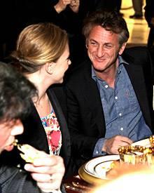 Können diese Blicke lügen? Bei einem Dinner zu Ehren des Emirs von Katar vergangene Woche in Los Angeles zeigten sich Scarlett J