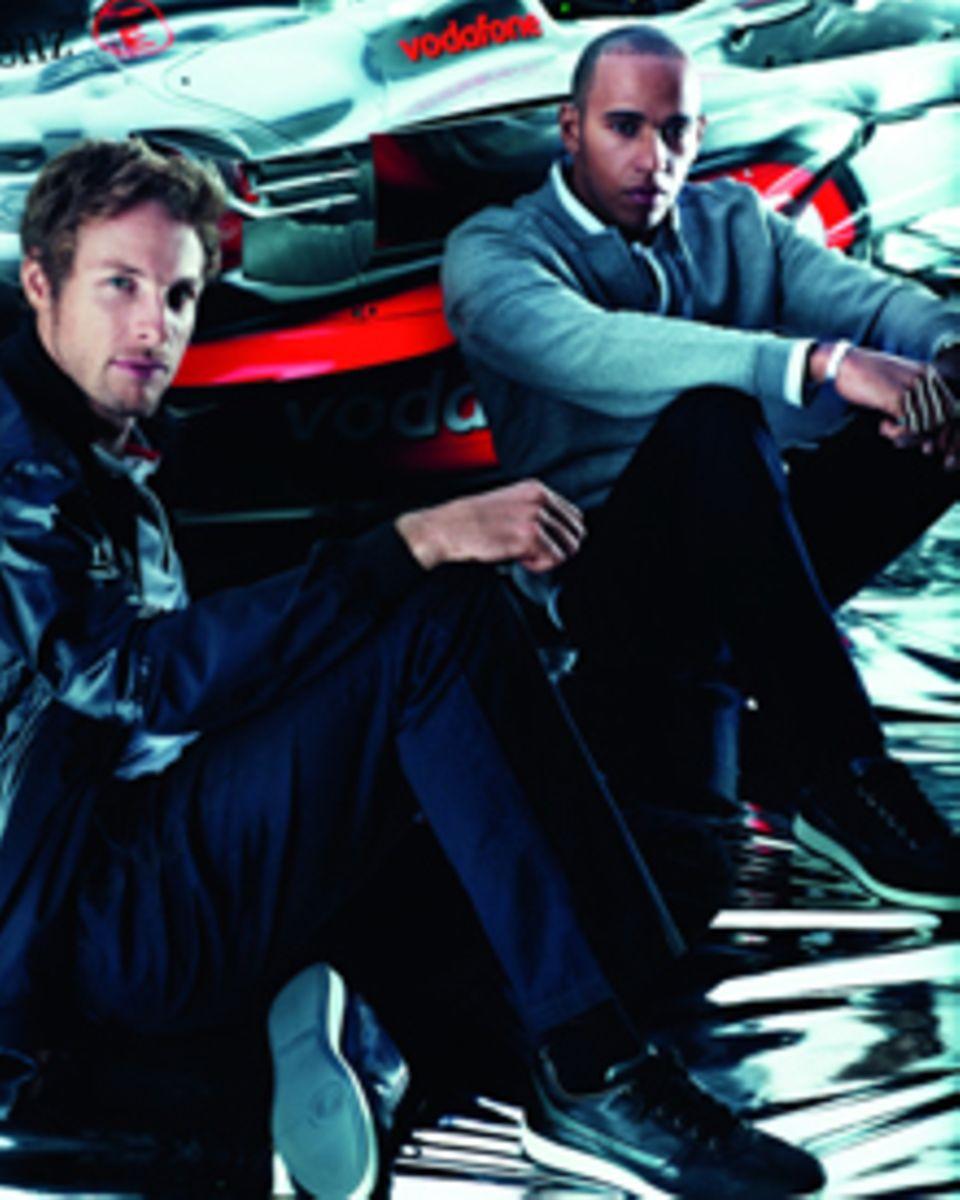 Für Jenson Button (l.) und Lewis Hamilton können die Rennanzüge gestaltet werden.