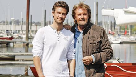 Vater und Sohn zu Gast in Hamburg: Wayne und Howard Carpendale am Yachthafen von Finkenwerder.