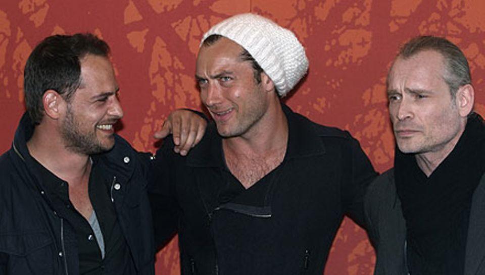 Die Schauspieler Moritz Bleibtreu, Jude Law und Johannes Krisch posieren für die Fotografen in Wien.