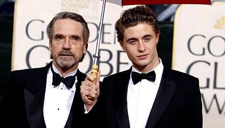 Mit Schirm, Charme und Familie: Max mit Papa Jeremy Irons bei den Golden Globes.