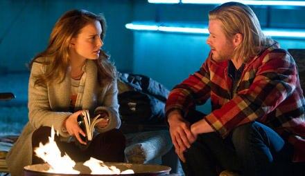 Tonnenfeuerromantik: Thor (Chris Hemsworth) erklärt Jane (Natalie Portman), wie Magie und Wissenschaft zusammenfließen.