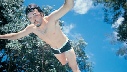 Paul McCartney beim Sprung ins kühle Nass 1971 in Jamaica.