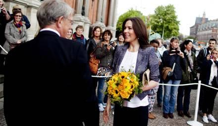 PRinzessin Mary wird bei ihrer ersten offiziellen Rede nach dem Mutterschutz mit Blumen begrüßt.