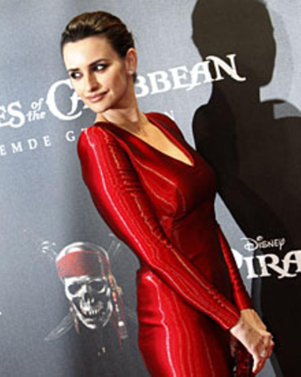 """Glanzvoll wie einst die Lollo und die Loren: Penélope Cruz bei der Berliner """"Piraten""""-Premiere."""