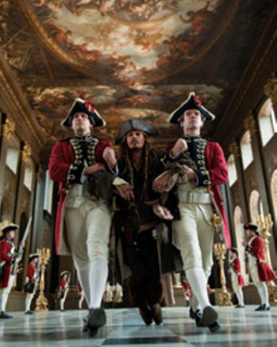Erstmal wieder in einer schwierigen Position: Käptn Jack Sparrow (Johnny Depp)
