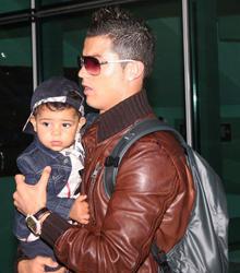 Von Kopf bis Fuß gestylt lässt sich der kleine Cristiano von seinem berühmten Papa umher tragen.