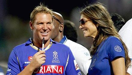 Grenzenloses Vergnügen: Um mit Shane Warne, 41, Spaß zu haben, reist Liz Hurley um den Erdball, wie hier zu einem Cricketspiel i