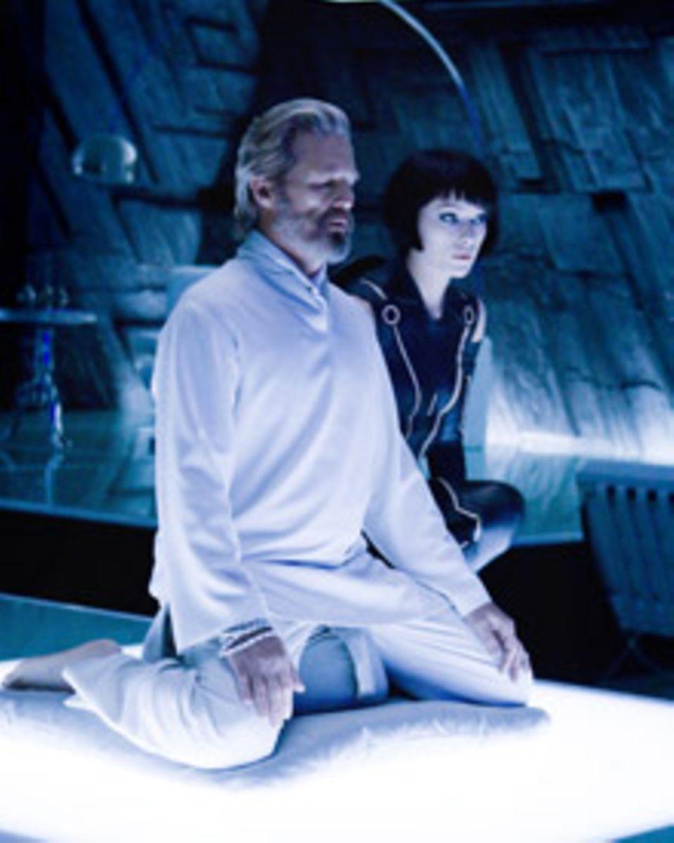 Kevin Flynn (Jeff Bridges) und das Kunstwesen Quorra (Olivia Wilde) haben es sich in der Gefangenschaft fast schon gemütlich gem