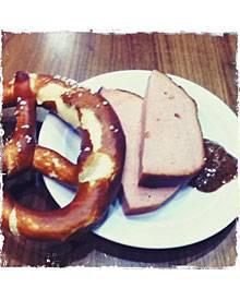 """Eine kleine Sehnsucht: """"Leberkäs mit süßem Senf! Da war ich in München in der Flughafen-Lounge und dachte: 'Ach, das vermisse ic"""
