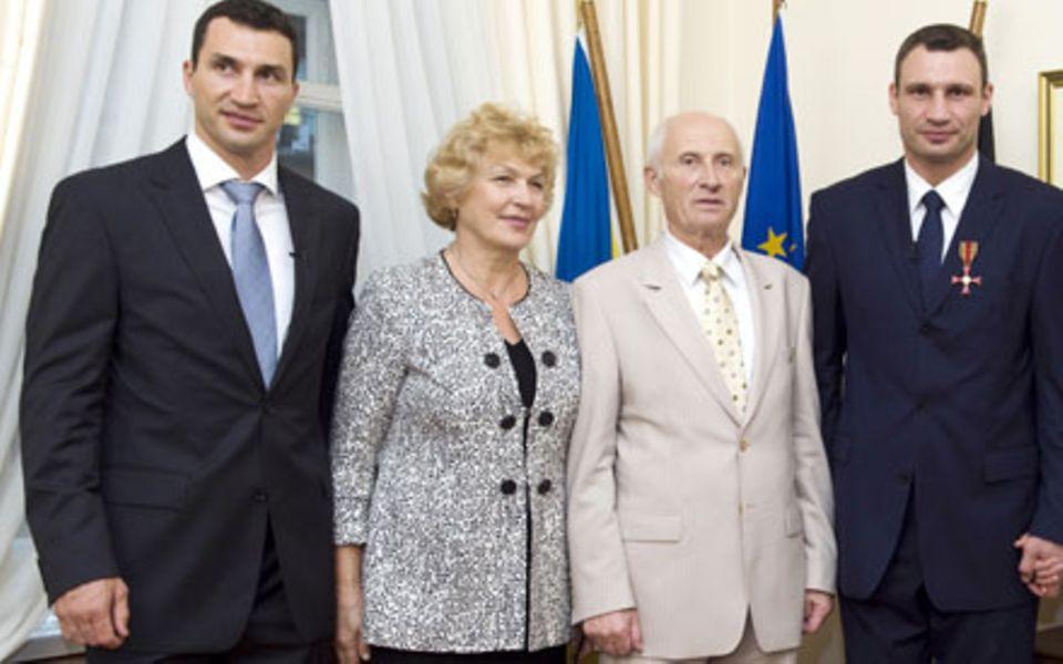 Wladimir und Vitali Klitschko mit ihren Eltern Nadeschda Uljanowa Klitschko und Wladimir Rodionowitsch