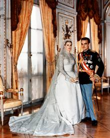 Helen Rose, Hollywoods damalige VIP-Kostümbildnerin schneiderte Gracias Brautkleid. Rainier trägt Uniform.