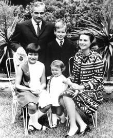 Das monegassische Fürstenpaar Gracia Patricia und Rainier III. mit ihren Kindern Albert, Caroline (l.) und Stephanie im Garten i