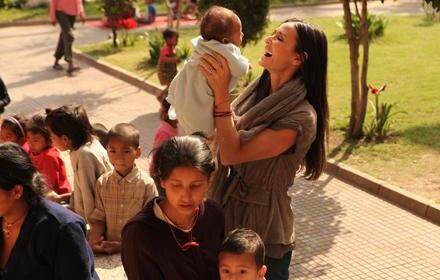 Zwischen all dem Leid gab es bei Demis Reise auch schöne Momente: Hier freut sie sich über das niedliche Baby auf ihrem Arm.