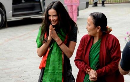 """Demi Moore traf bei ihrem Besuch auch Anuradha Koirala, die für ihr Engagement gegen den Menschenhandel letztes Jahr zum """"CNN He"""