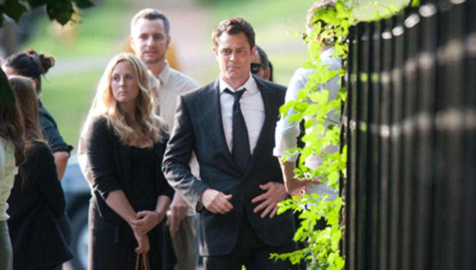 Sichtlich niedergeschlagen besucht Johnny Knoxville mit seiner Frau die Trauerfeier für seinen Freund Ryan Dunn.