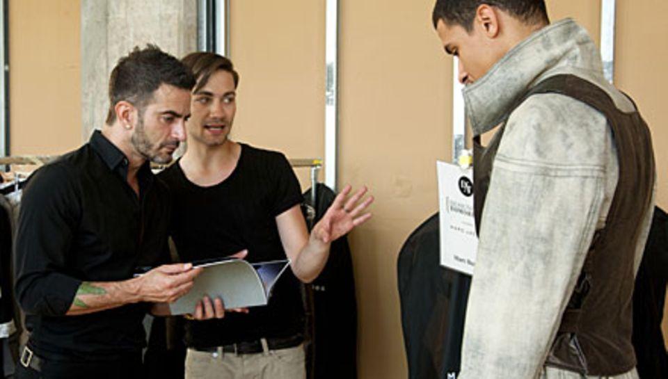 """Marc Jacobs lässt sich vom """"Designer for Tomorrow""""-Finalisten Marc Buscha seine Kollektion erklären."""