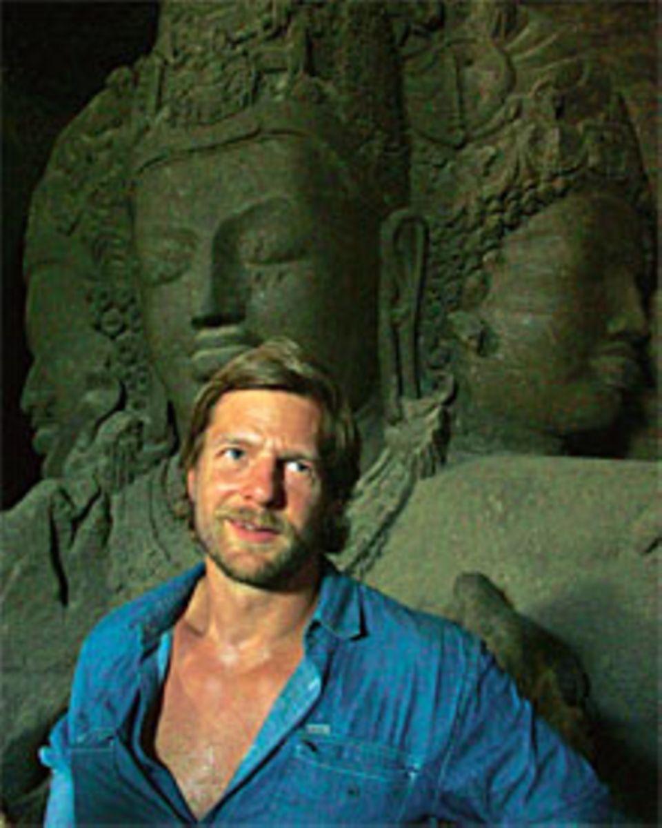 Zwei starke Charaktere: Henning Baum, 38, vor einer Höhlenskulptur der hinduistischen Gottheit Shiva. Die Höhle liegt vor Mumbai