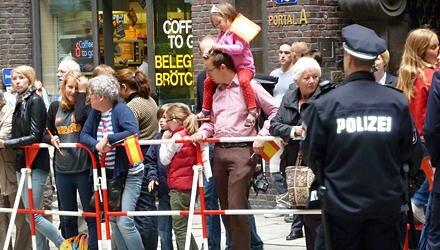 Die Fans des spanischen Königshauses freuen sich auf den hohen Besuch.