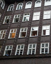 Auch aus den Fenstern der umliegenden Bürogebäude recken sich neugierige Köpfe.
