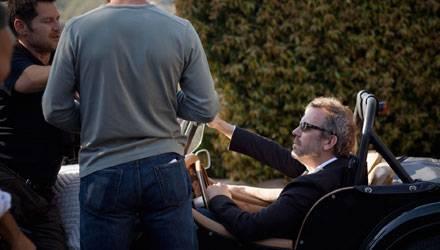 Hugh Laurie steht für den Werbedreh des Kosmetikherstellers vor der Kamera.