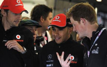 Jenson Button, Lewis Hamilton und Prinz Harry tauschen sich über schnelle Autos aus.
