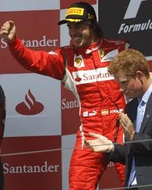 Prinz Harry feiert mit Formel-1-Pilot, Fernando Alonso, seinen ersten Platz.