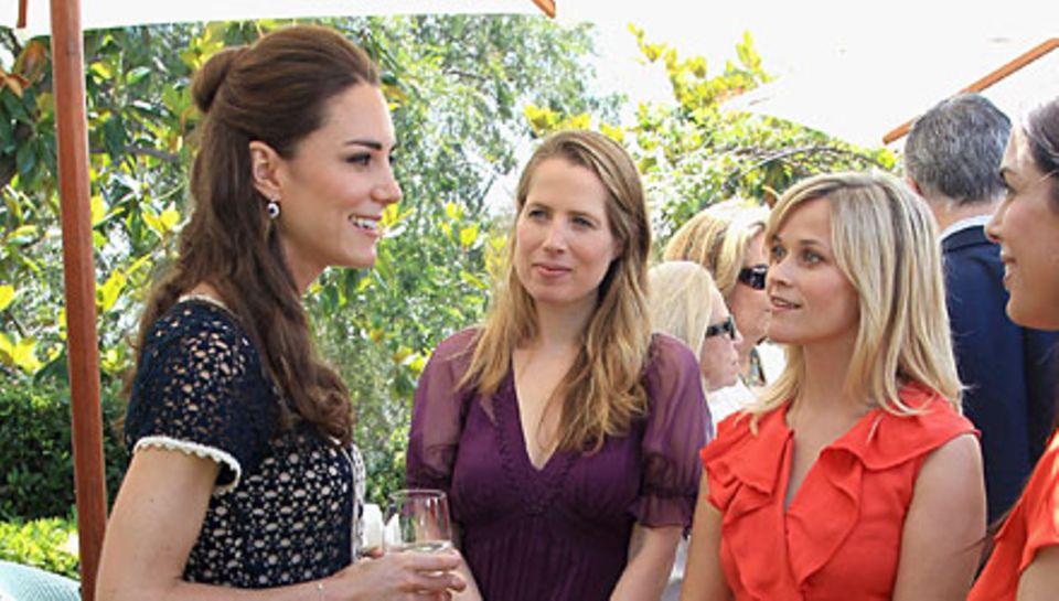 Frisch Verheiratete unter sich: Entspannt plauderte Herzogin Catherine mit Reese Witherspoon (r.) und Al Gores Tochter Kristin.