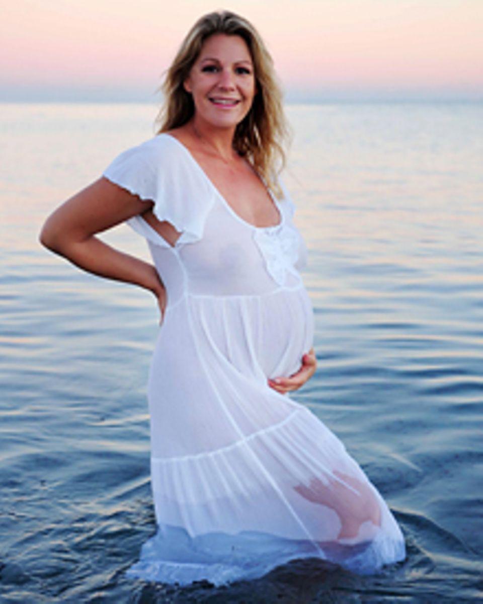 Am Strand von Perth zeigt Sophie Schütt überglücklich ihren Babybauch.