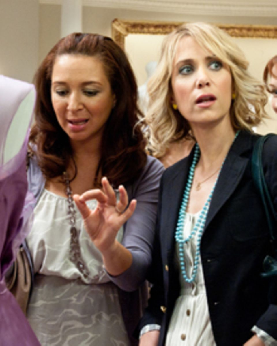 Annie (Kristen Wiig, rechts) versucht sich als erste Brautjungfer von Lillian (Maya Rudolph, links).