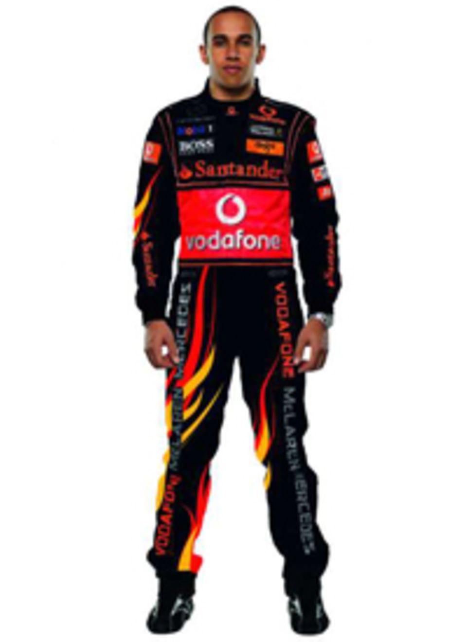 """Lewis Hamilton trägt den deutschen Gewinneranzug, der aus dem Designwettbewerb """"Dress Me For Finale"""" hervorging."""