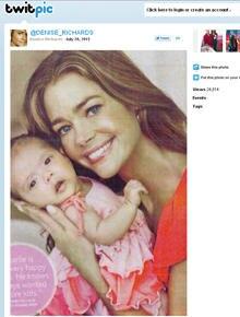 """Denise Richards twittert das Foto mit ihrem Baby in der """"Us Weekly"""", das sie selbst abfotografierte."""